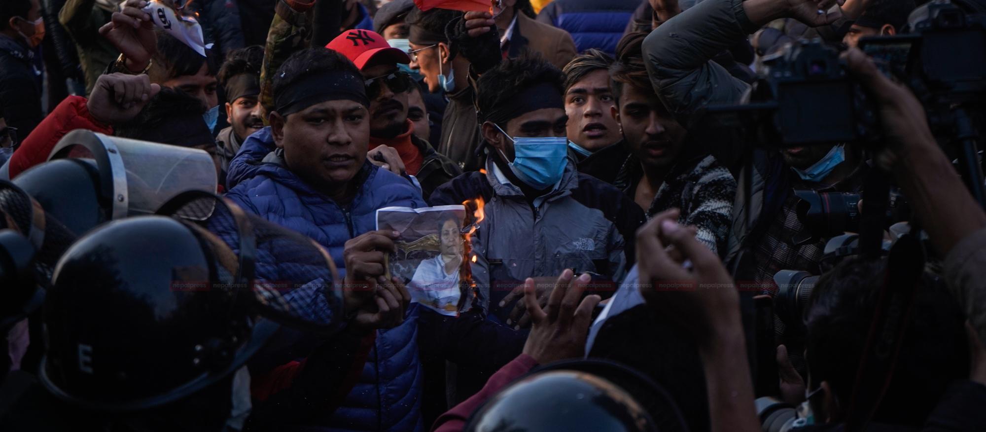 संसद विघटनको विरोधमा प्रदर्शन (फोटो फिचर)