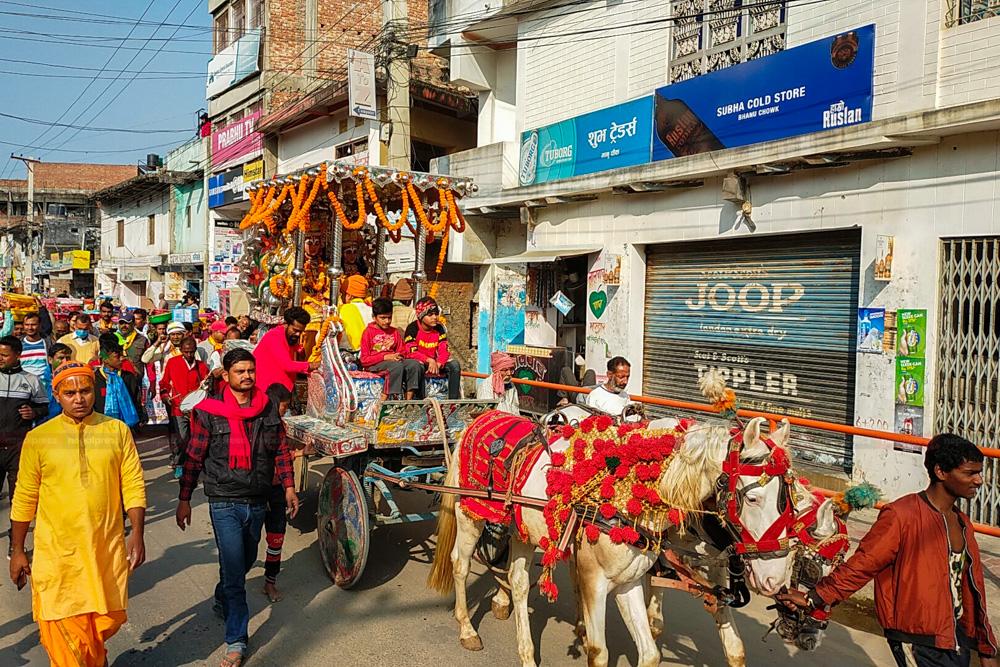 राम–सीताको टिकाटालोका लागि कोसेली लैजाँदै साधुसन्त (फोटो फिचर)