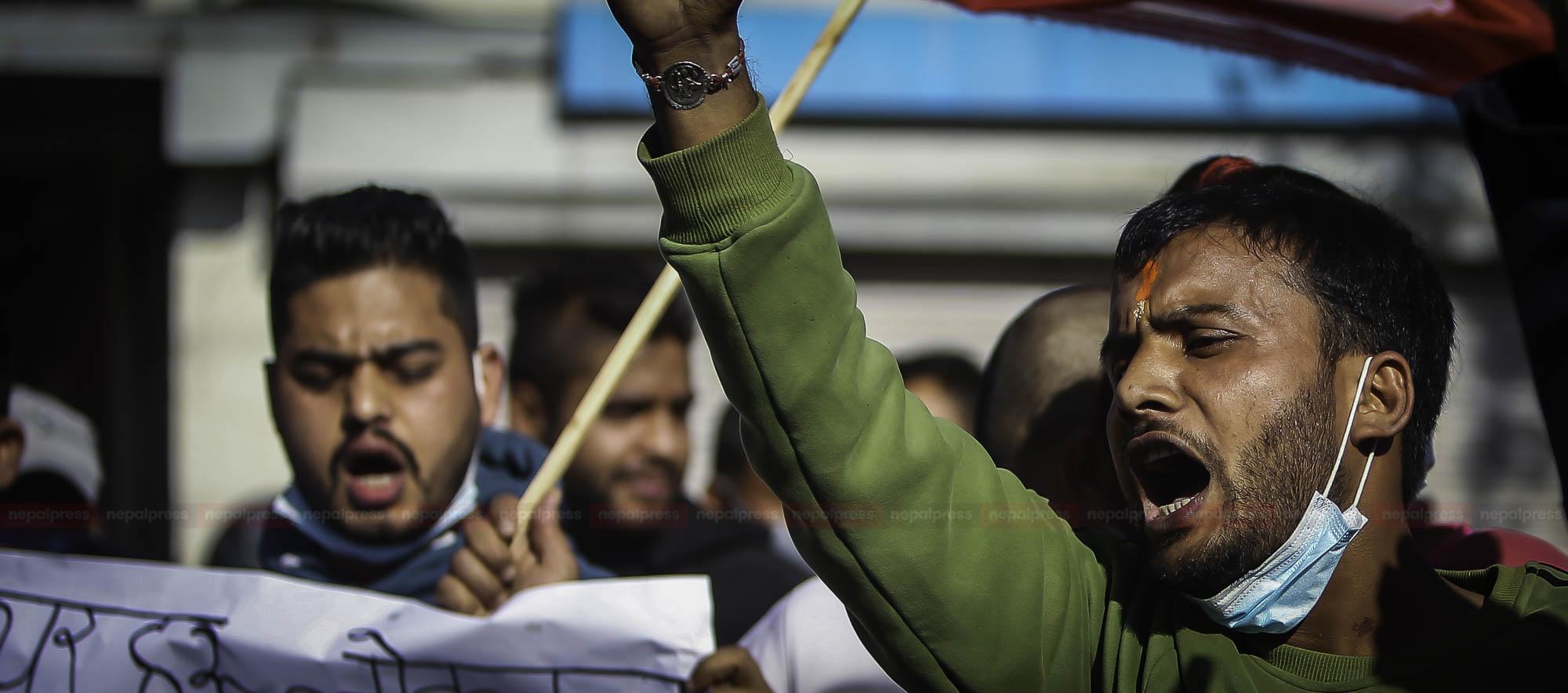 सरकारको विरोधमा 'नेविसंघको उल्टो यात्रा' (फोटो फिचर)