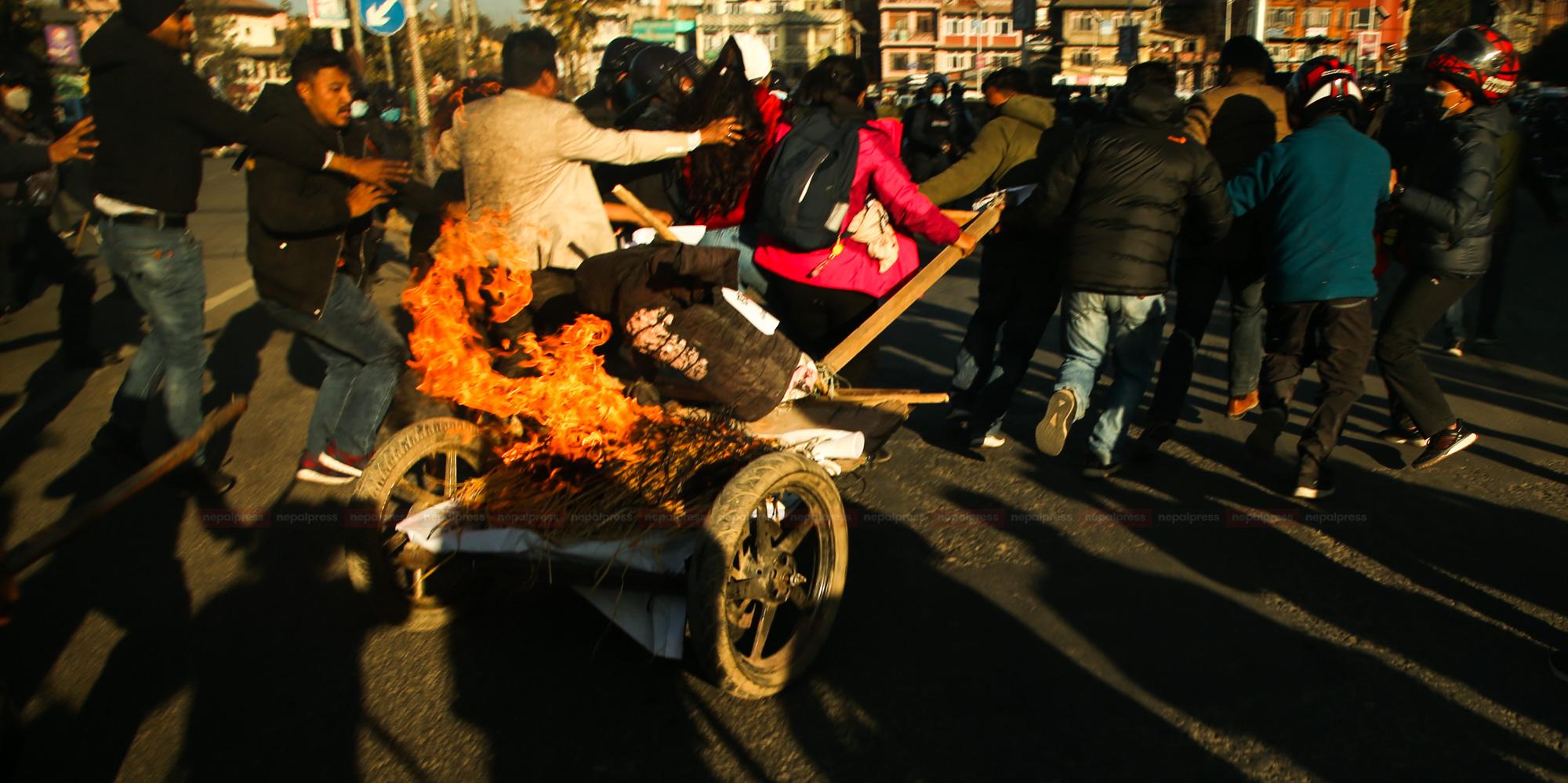 प्रचण्ड–माधव पक्षले बयलगाडामा पुत्ला जलाउँदा झडप (फोटो फिचर)