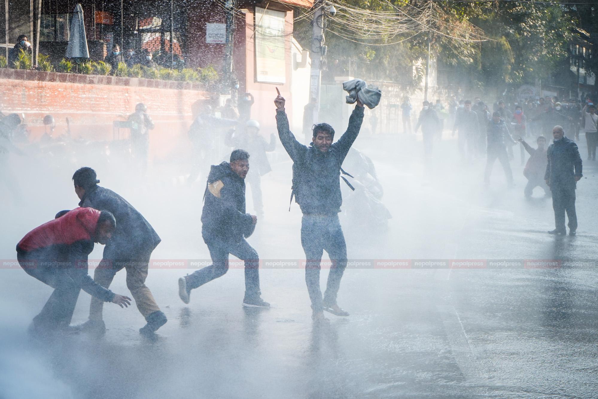 नागरिक मार्चमाथि पानीको फोहोरा (फोटो फिचर)