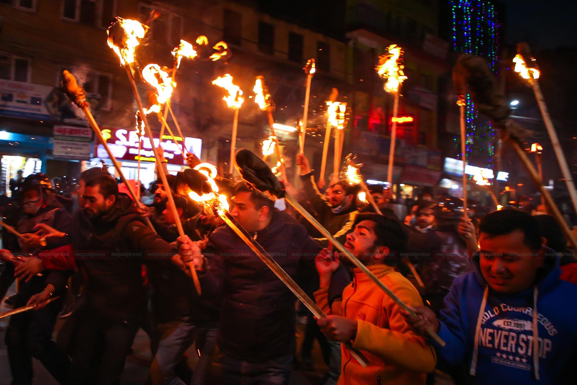 काठमाडौंमा प्रचण्ड-माधव समूहको मसाल जुलुस (फोटोफिचर)