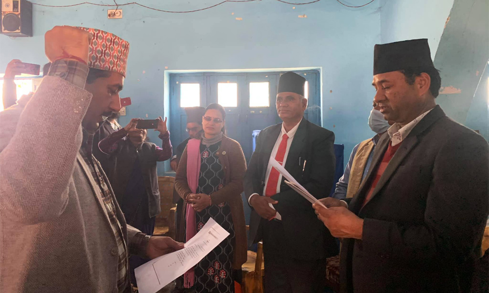 भीमदत्तका मेयर ओली पक्षमा, लिए जिल्ला सचिवको शपथ