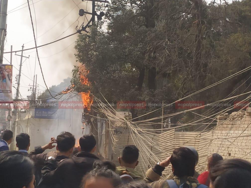 काठमाडौंको मीनभवन क्याम्पसनजिकै आगलागी (भिडियोसहित)