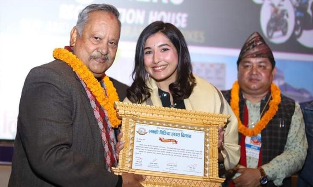 बिपिन कार्की र आँचल शर्मा चितवनमा सम्मानित, 'जीवन काँडा कि फूल' प्रदर्शन