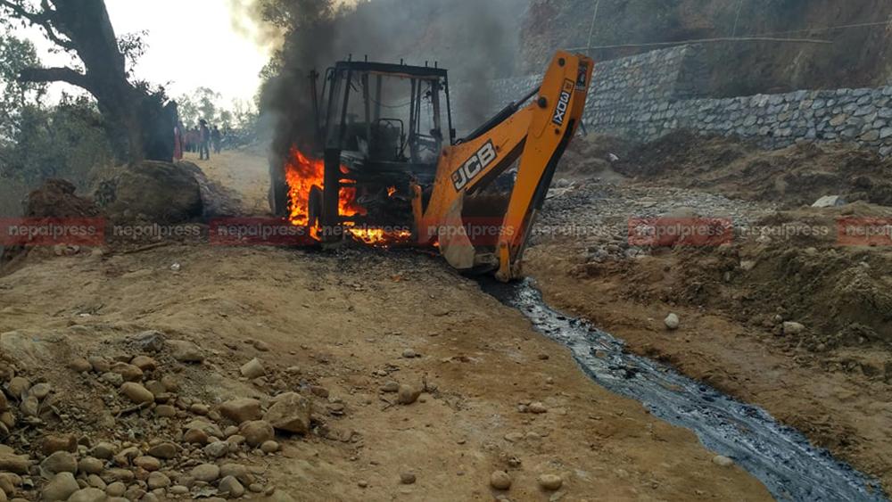 डोजरको ठक्करबाट धादिङमा महिलाको मृत्यु, आक्रोशित स्थानीयद्वारा आगजनी