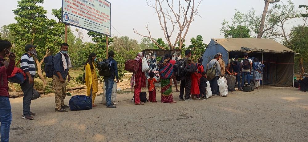 कोरोना त्रासले रोकेन भारत पस्नेहरूको लर्को