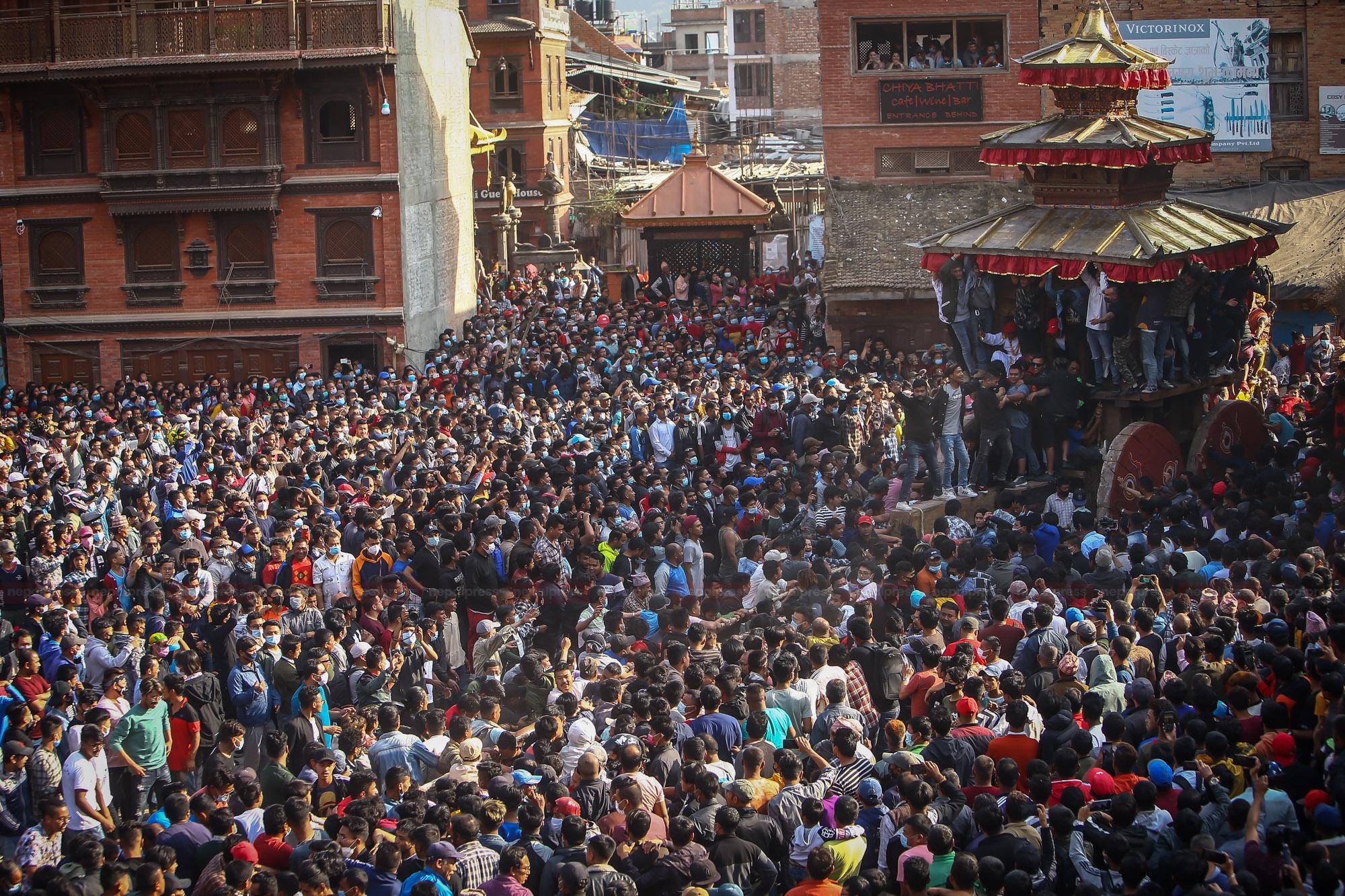महालक्ष्मीमा लिङ्गो उठाएसँगै बिस्केट जात्रा शुरुः मध्यपुरथिमिमा चार दिन सार्वजनिक बिदा