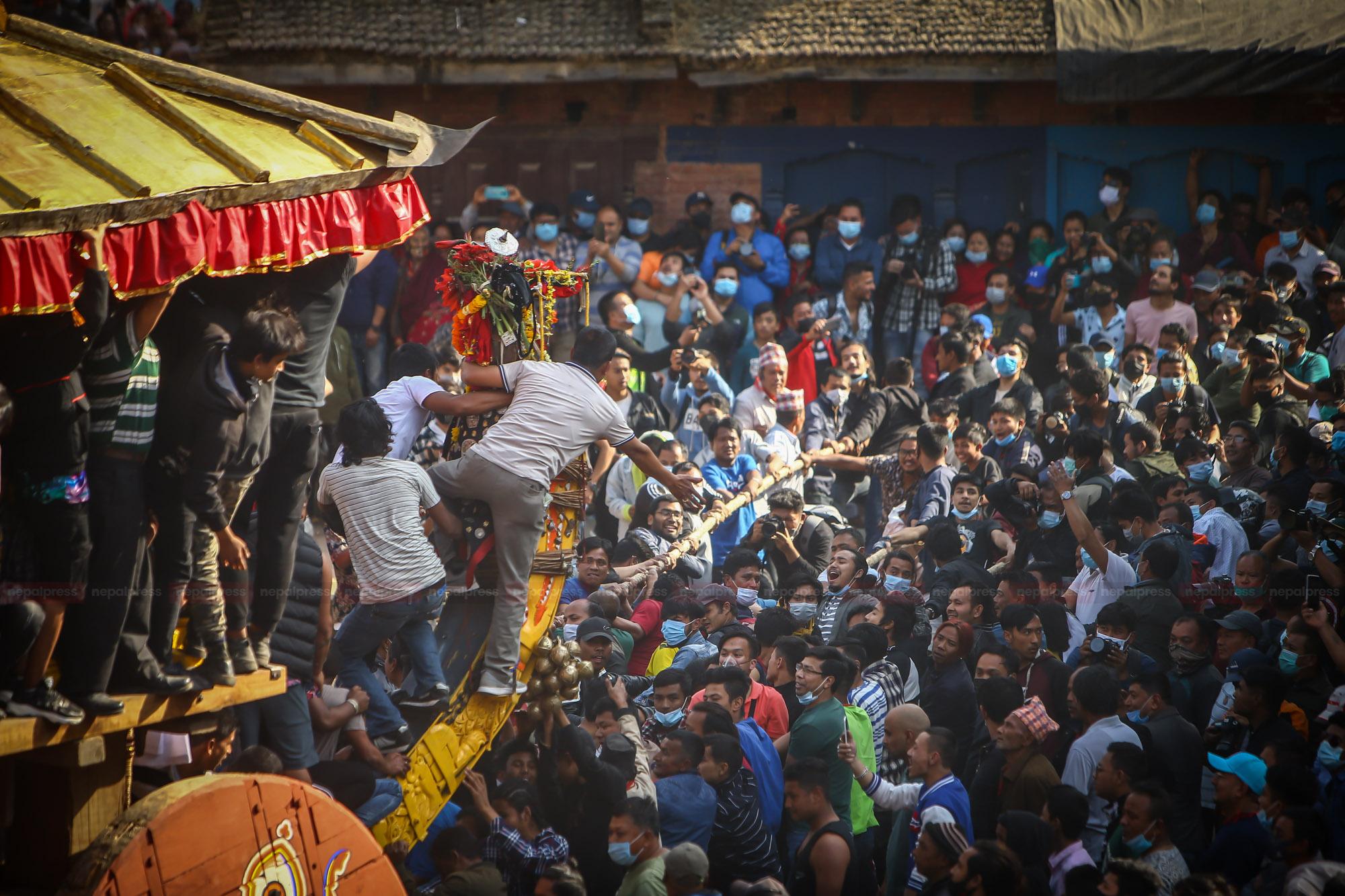 कोरोना बिर्सँदै भक्तपुरमा बिस्का: जात्राको रौनक (फोटो फिचर)