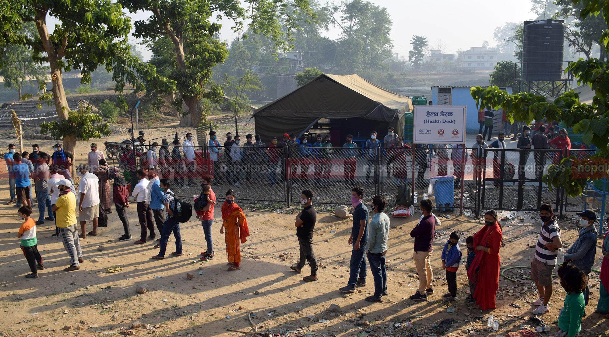 नाकामा भारतबाट फर्कनेको लर्को, १२ हजार बढी परीक्षणबिनै घर पुगे (भिडियोसहित)