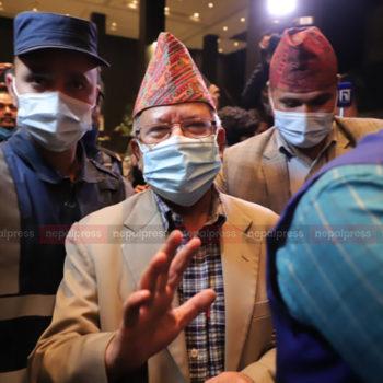 माधव नेपाल मेरियटभित्रै मोति दुगडसँग छलफलमा