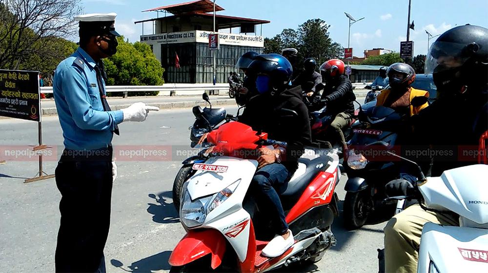 कोरोना जोखिमपछि उपत्यकामा ट्राफिक चेकिङ कडाइ, अटेर गर्ने ५२ सवारी कारबाहीमा