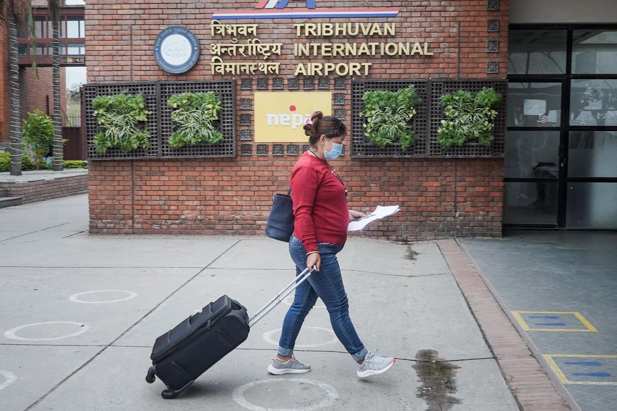 त्रिभुवन विमानस्थलमा नेपाल छाड्नेहरुको भीड