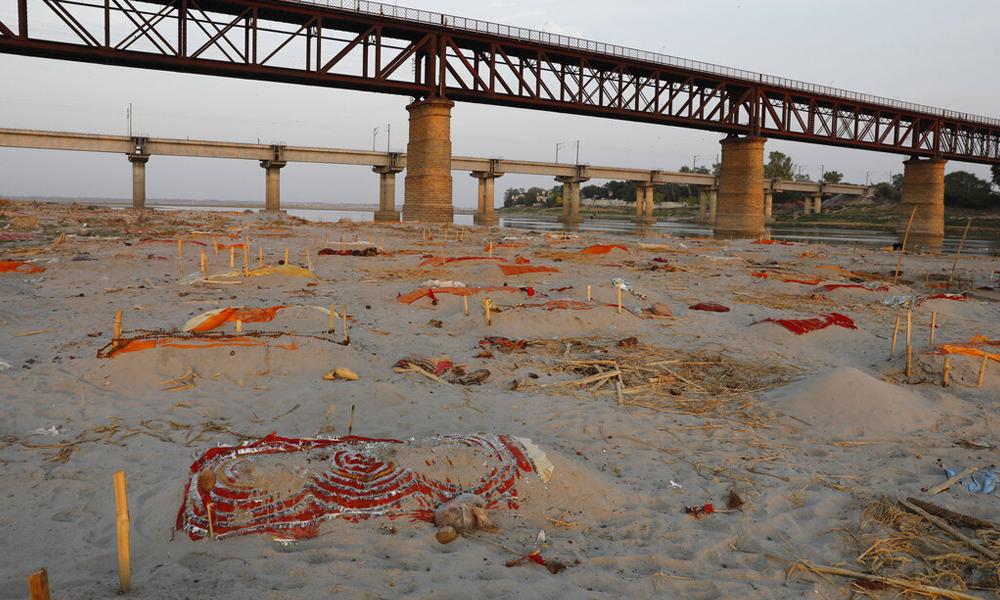 कोभिड-१९ महामारीबीच गङ्गा नदी किनारामा शवको थुप्रो