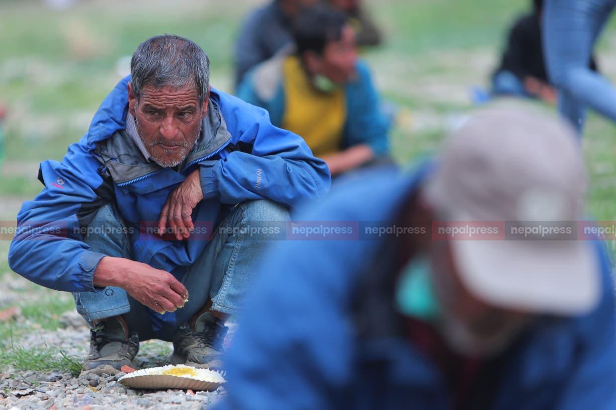 लकडाउनमा नि:शुल्क खाना बाँड्दै 'हाम्रो टिम…'