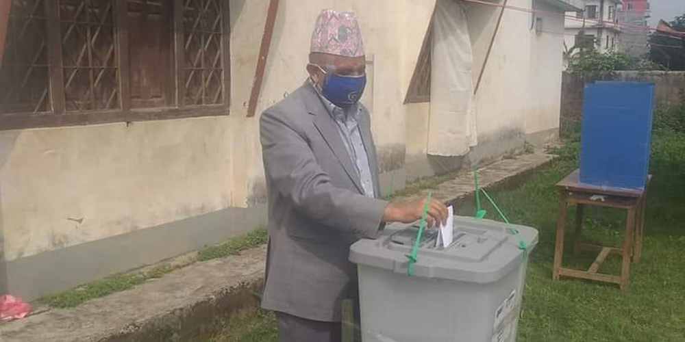 लुम्बिनीमा राष्ट्रियसभा उपनिर्वाचन जारी, मुख्यमन्त्रीले गरे पहिलो मतदान (तस्बिरहरु)