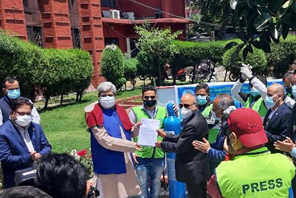 मध्यपूर्वका प्रवासी नेपालीद्वारा ५६० थान अक्सिजन सिलिन्डर सहयोग