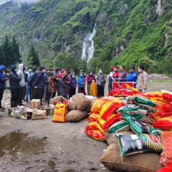 राष्ट्रिय युवा संघ नेपालद्वारा मनाङका बाढीपीडितलाई राहत वितरण