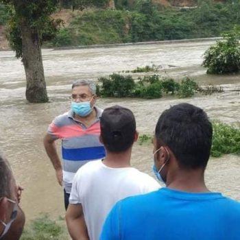 बाढी प्रभावित क्षेत्रमा गोकुल बाँस्कोटाको स्थलगत निरीक्षण