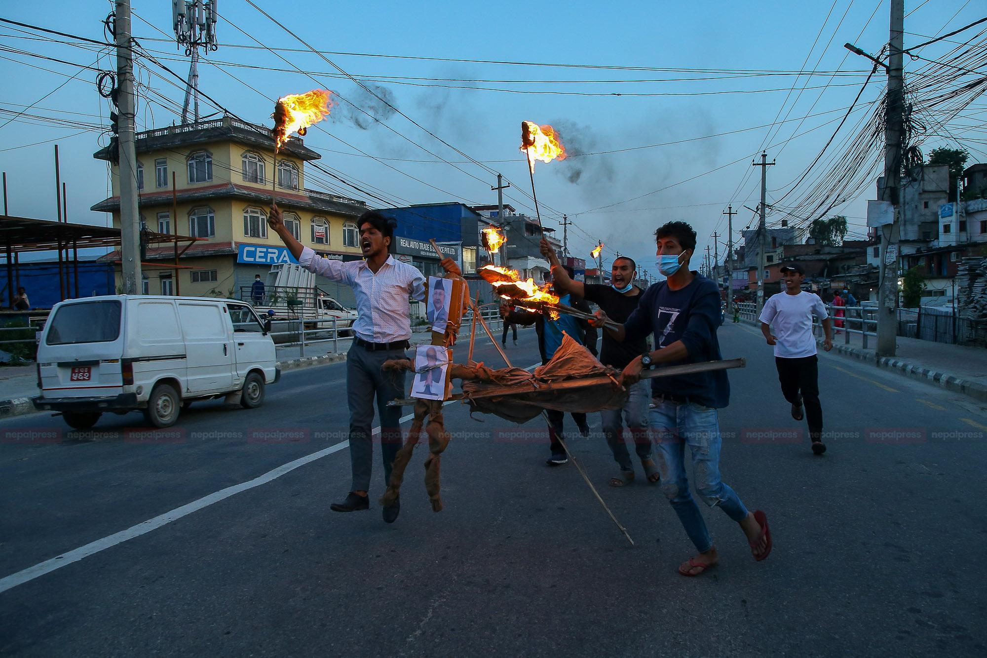 कांग्रेस र माओवादीका विद्यार्थीद्वारा प्रधानमन्त्रीको पुत्ला दहन (तस्बिरहरु)