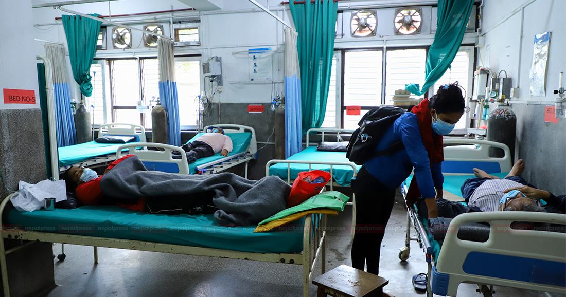 सुस्ताउँदै कोरोना महामारी, अस्पतालका बेड खाली हुन थाले (भिडियो)