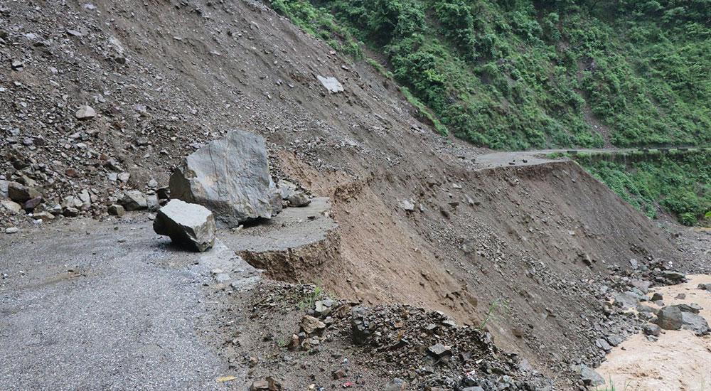 महेन्द्र र सिद्धार्थ राजमार्ग अवरुद्ध, तराई क्षेत्रका दर्जनौ बस्ती ढुवानमा