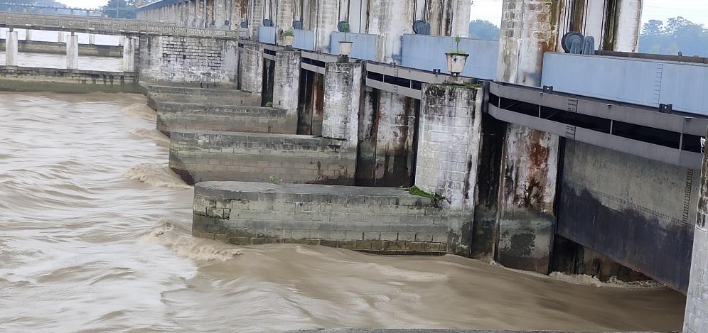 पानीको सतह बढेपछि गण्डक ब्यारेजका ३६ वटै ढोका खोलियो, नवलपरासीका २० गाउँ उच्च जोखिममा