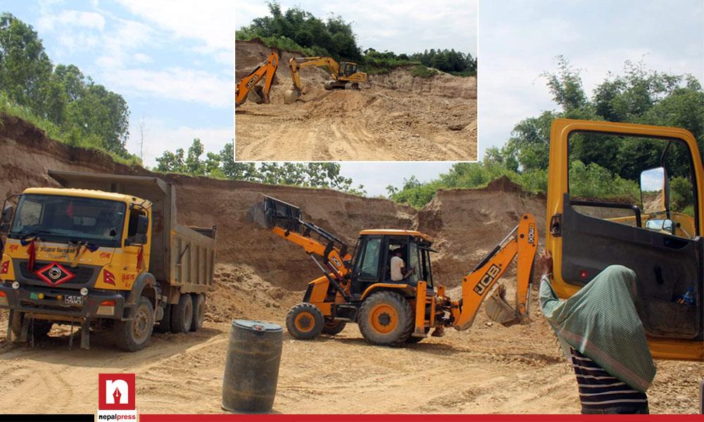 प्रहरी र मेयरको मिलोमतोमा अवैध ग्राभेल उत्खनन् : बस्ती जोखिममा, स्थानीय आक्रोशित