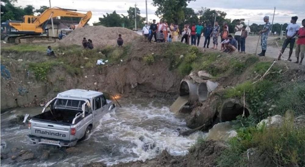 निर्माणाधीन पुलको खाल्डोमा खस्यो सरकारी स्कार्पियो, एक जनाको मृत्यु