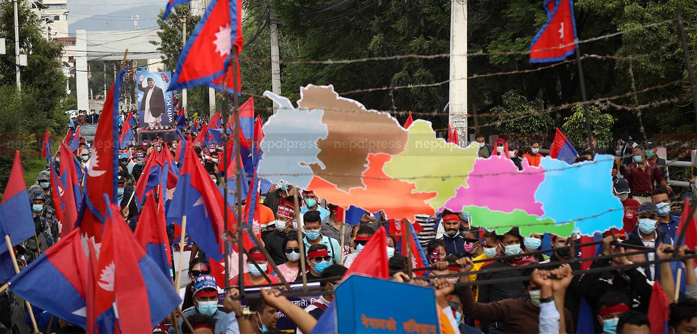 तस्बिरमा विपक्षी गठबन्धनविरुद्ध युवा संघको मार्चपास