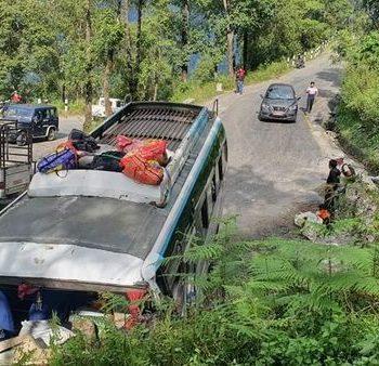 सिन्धुपाल्चोकबाट काठमाडौं आउँदै गरेको बस दुर्घटना, ३५ जना घाइते