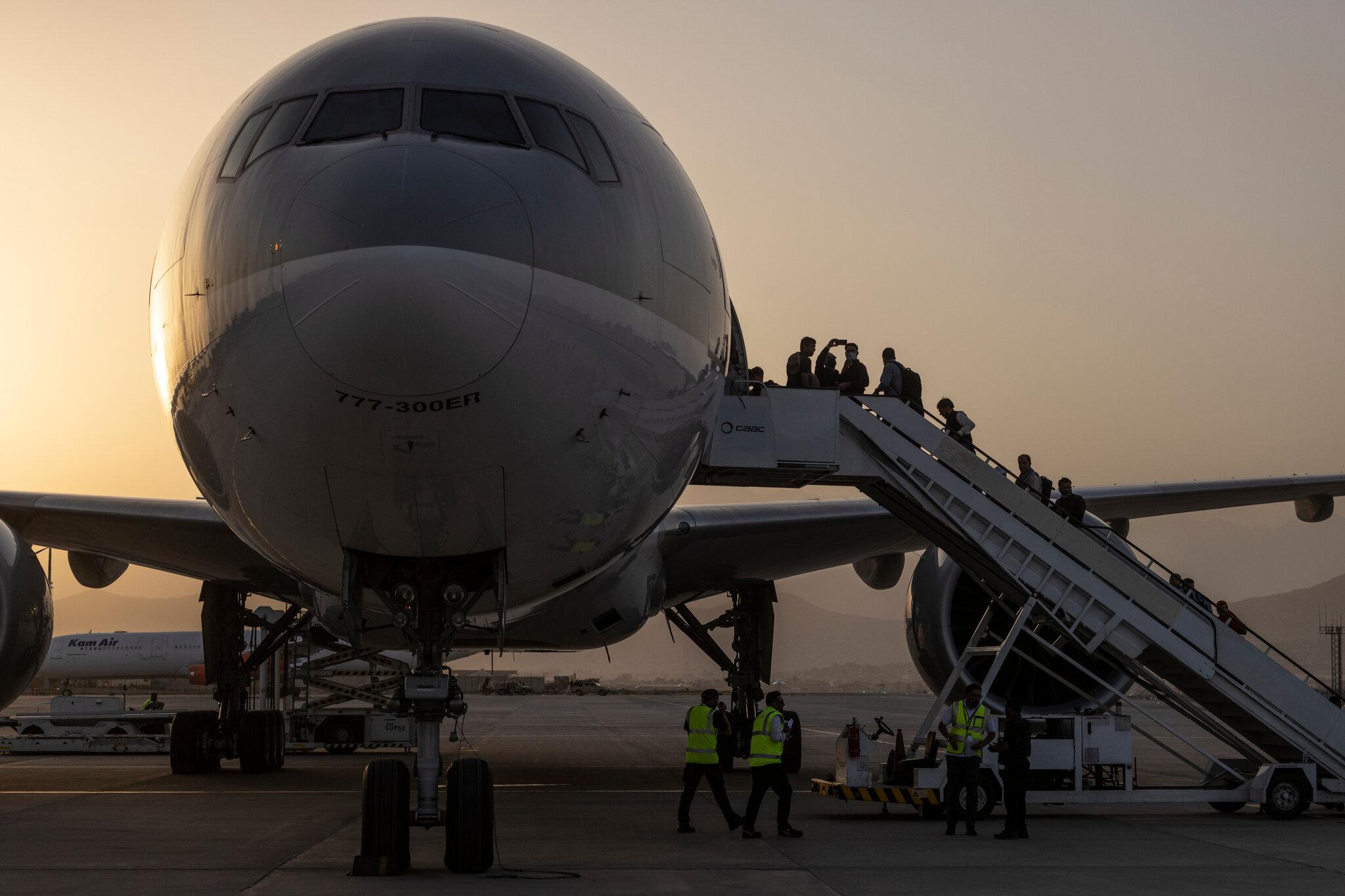जहाज चढ्न लागेका ३२ नेपालीलाई काबुल एयरपोर्टमै रोकियो, दुईजनालाई फर्कन अनुमति