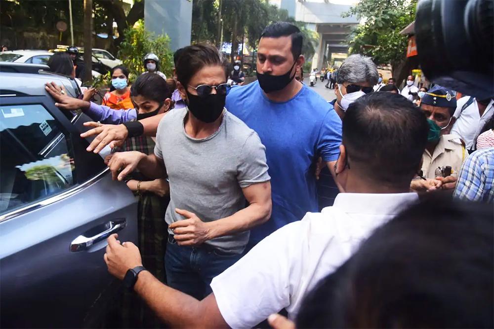छोरा भेट्न जेल पुगे शाहरुख खान, अदालतद्वारा दोस्रोपटक धरौटीमा छाड्न अस्वीकार